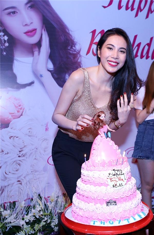 Đúng như mong muốn của Thủy Tiên,chiếc bánh sinh nhật hìnhcông chúa màu hồng đã được fan chuẩn bị. - Tin sao Viet - Tin tuc sao Viet - Scandal sao Viet - Tin tuc cua Sao - Tin cua Sao