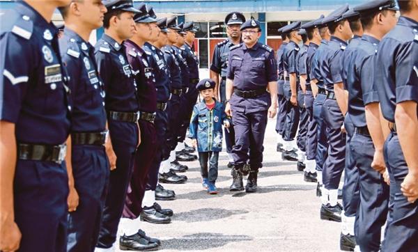 Mohamadnghiêm trang trong bộ quân phục ngày được làm cảnh sát.(Ảnh: Internet)