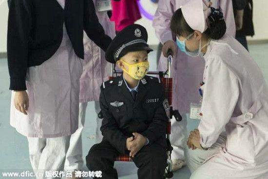 Các y, bác sĩ cũng như những chiến sĩ công an đã hết lòng giúp đỡ, thực hiện ước mơ của cậu béLiu Zixi.(Ảnh:Internet)