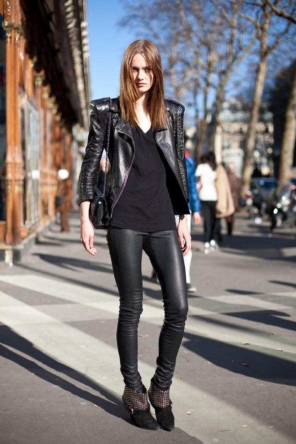 Thứ nhất, legging là loại quần ôm sát kéo dài từ thắt lưng đến mắt cá chân. Vì thế những chất liệu có độ co dãn tốt sẽ vô cùng phù hợp để di chuyển, hoạt động được thuận tiện. Bên cạnh đó, trong mùa thời trang Thu - Đông, chất liệu da hay da lộn bóng sẽ là một lựa chọn hoàn hảo nhằm tôn lên nét đẹp cá tính, mạnh mẽ cũng như giữ nhiệtcơ thể khá hiệu quả. Tuy nhiên, một điều đáng lưu ý là legging da chỉ phù hợp với những cô nàng có cặp đùi thon gọn, săn chắc.