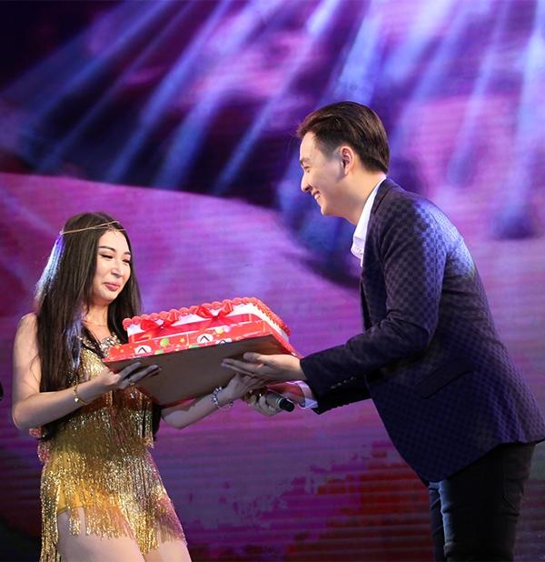 Bất ngờ xông ra sân khấu tặng bánh kem cho bạn gái. - Tin sao Viet - Tin tuc sao Viet - Scandal sao Viet - Tin tuc cua Sao - Tin cua Sao
