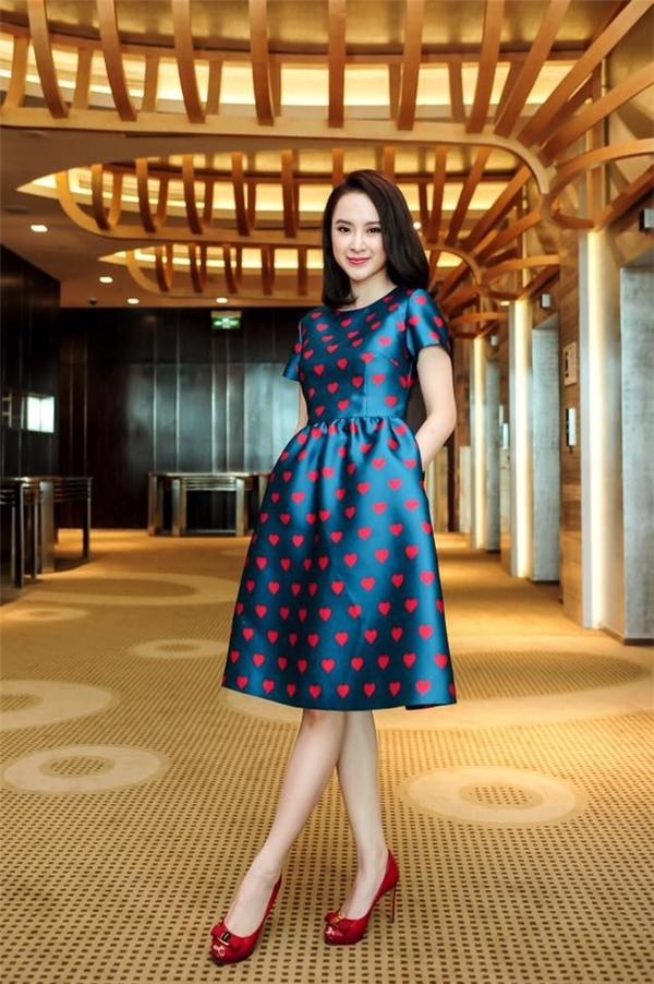 Nữ diễn viên xinh đẹp Angela Phương Trinh cũng được nhà thiết kế Đỗ Mạnh Cường ưu ái cho diện mẫu váy xòe nhẹ nhàng kết hợp giữa sắc xanh cổ vịt cùng tông hồng đỏ nổi bật. Cũng từ đây, phong cách thời trang của cô nàng đã có sự thay đổi khá mạnh mẽ trở nên thanh lịch, đơn giản, sang trọng hơn.