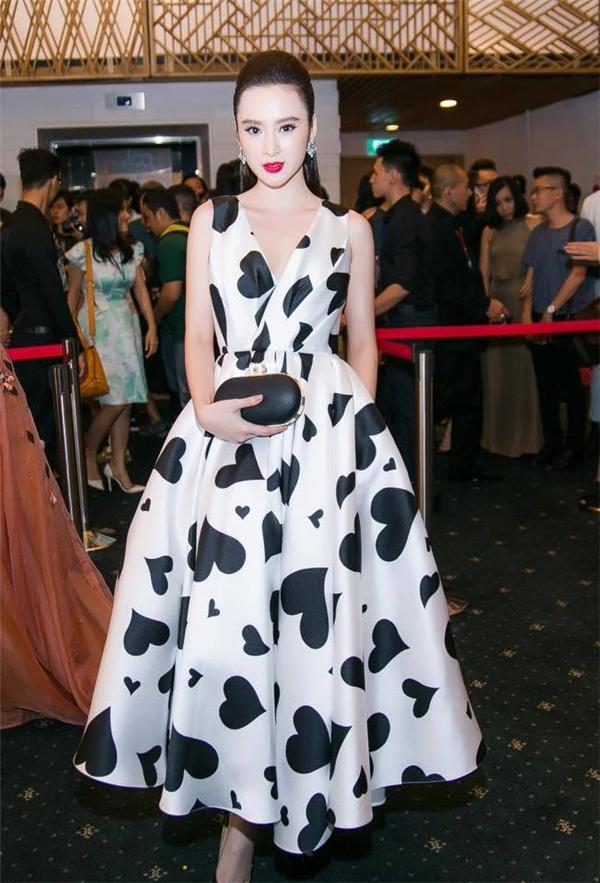 Sau đó không lâu, xuất hiện trên thảm đỏ Vietnam International Fashion Week 2015, Angela Phương Trinh tiếp tục gây ấn tượng khi diện mẫu váy xòe quá gối với những đường gấp bất đối xứng ở thắt eo. Tạo hình đơn giản của cô nàng nhận được nhiều lời khen ngợi bởi sự tinh tế, sang trọng.