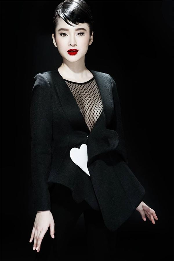 Sự thay đổi khá mạnh mẽ trong phong cách thời trang của Angela Phương Trinh.