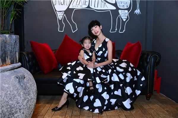 Trong khi đó, hai mẹ con Xuân Lan lại diện trang phục đồng điệu cũng với họa tiết trái tim làm chủ đạo.