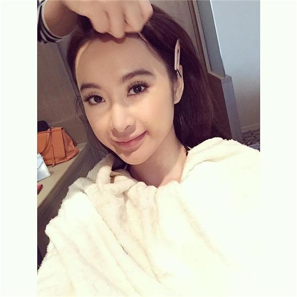 Angela Phương Trinh là một trong những mĩ nhân tích cực lăng xê xu hướng son lì. Cô nàng sở hữu nhiều màu sắc khác nhau như: hồng nude, hồng đào, đỏ poplin hay sắc cam trẻ trung, hiện đại.