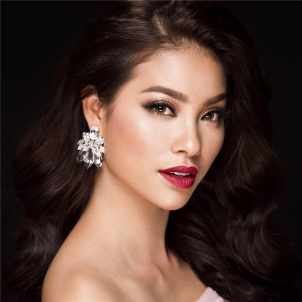 Đôi môi căng mọng của Hoa hậu Hoàn vũ Việt Nam 2015 - Phạm Hương trở nên quyến rũ, sắc sảo hơn nhờ chất son lì.