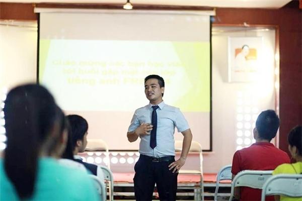 Nguyễn Văn Tiệp (24 tuổi) nhưng đã đi dạy được 5 năm và gắn bó với sinh viên nhờ lớp học tiếng Anh miễn phí.