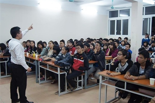 9X được học trò nhận xét là người thầy, người anh giản dị và luôn gần gũi với sinh viên. Anh nhiệt tình giúp đỡ các bạn trẻ cải thiện vốn tiếng Anh của mình.