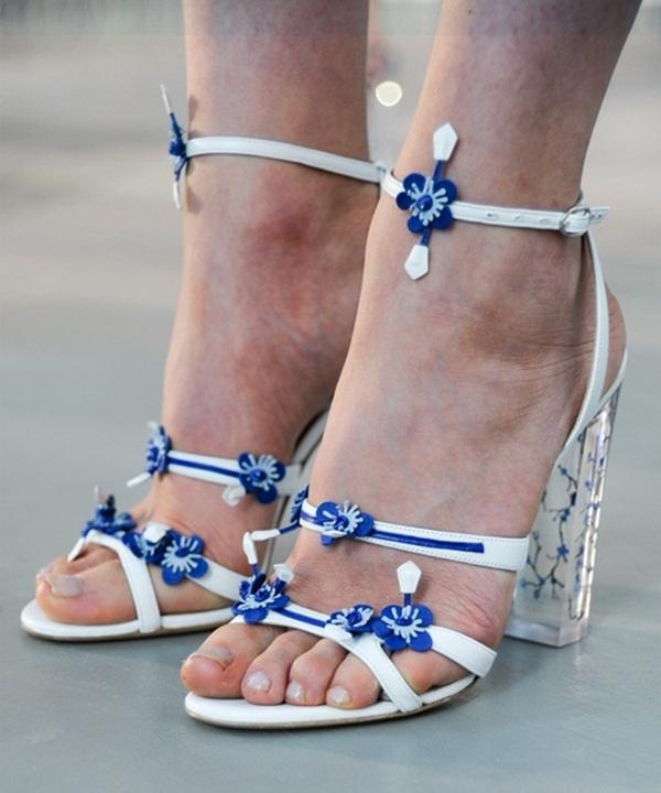 Tanya Taylor cũng lăng xê kiểu giày cao gót đế thô nhưng với phần quai mảnh hơn. Sự kết hợp giữa hai tông màu xanh, trắng càng tôn lên nét trẻ trung, sang trọng cho phái đẹp trong những ngày đầu xuân. Đôi giày này sẽ là người bạn đồng hành khá lí tưởng với những mẫu váy cocktail đơn giản hay đầm xòe nhẹ nhàng.