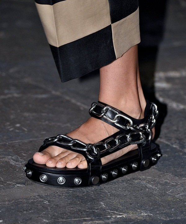 Thiết kế mang đậm màu sắc hoang dại, phóng khoáng của Alexander Wang. Đôi giày sandal cổ điển nay đã trở nên mới mẻ hơn nhờ sợi xích to bản trải dài khắp phần quai.
