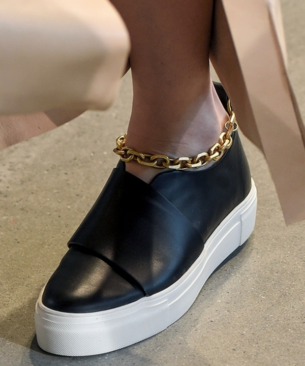 Calvin Klein cũng lăng xê chi tiết mắt xích nhưng với kiểu giày slip on trẻ trung, năng động. Chất liệu da cao cấp kết hợp những đường cắt chỉn chu góp phần tăng thêm vẻ đẳng cấp cho mẫu giày này.