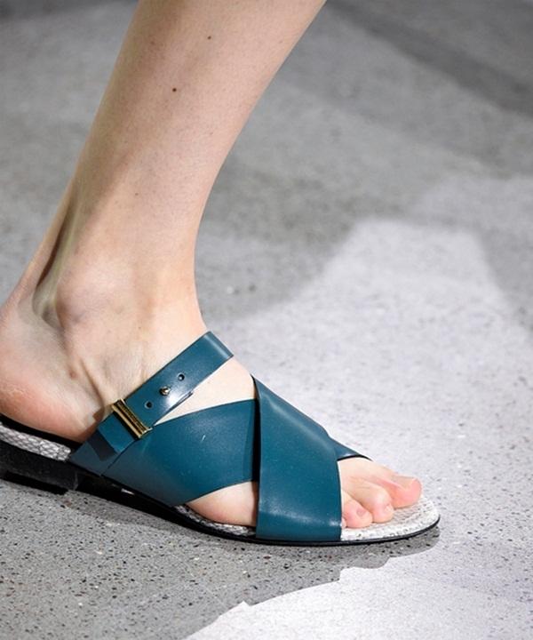 Jason Wu mang đến những gam màu lạnh đầy mê hoặc trên sàn diễn Xuân - Hè. Chắc hẳn các quý cô đều mong muốn được sở hữu đôi sandal đơn giản nhưng vô cùng tinh tế này. Việc kết hợp cùng những trang phục tự do, phóng khoáng sẽ là một vài gợi ý khó thể chối từ.