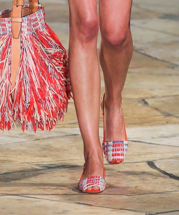 Giày hở mũi của Tory Burch hòa hợp tuyệt đối với trang phục, phụ kiện từ màu sắc đến đường nét. Trong đó, tinh thần phóng khoáng, hoang dại là điểm dễ nhận thấy nhất.