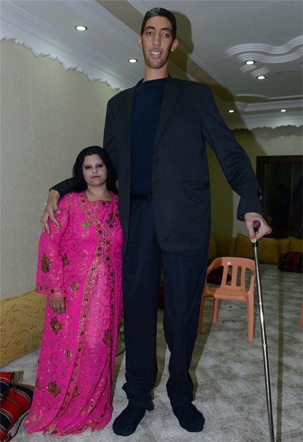 Sultan Kosen bên cạnh người bạn đời của mình.(Ảnh Internet)