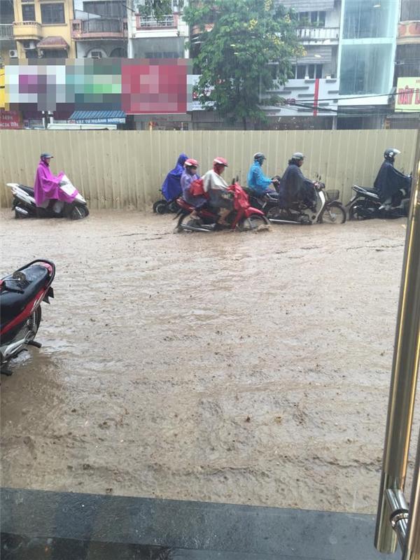 Mưa lớn khiến nhiều tuyến đường ở Hà Nội chìm trong biển nước. Ảnh: FB