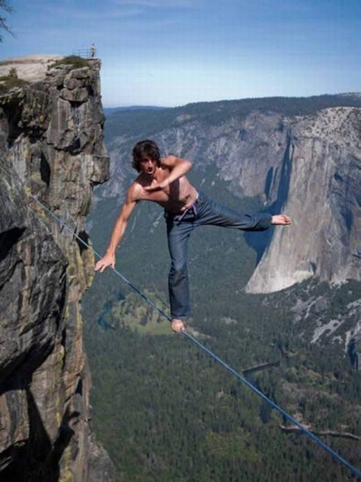 Đi trên dây ở độ cao hàng ngàn mét, liệu trênthế giới cóbao nhiêu người dám làm nhỉ? (Ảnh: Internet)