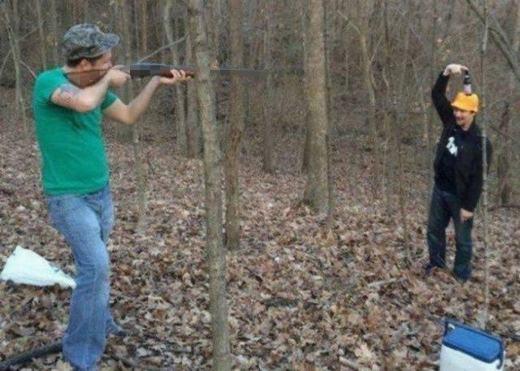 """Những pha đùa giỡn với súng không thể """"ngu người"""" hơn. (Ảnh: Internet)"""