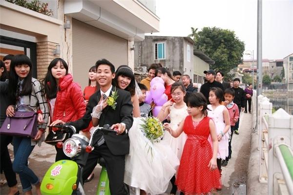Cô dâu chú rể cười hạnh phúc bên chiếc xe đón dâu đặc biệt.(Ảnh: Internet)
