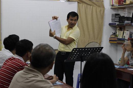 Thầy giáo Thoại được mọi người đánh giá là rất hài hước, duyên dáng và đa tài. Ảnh: FB