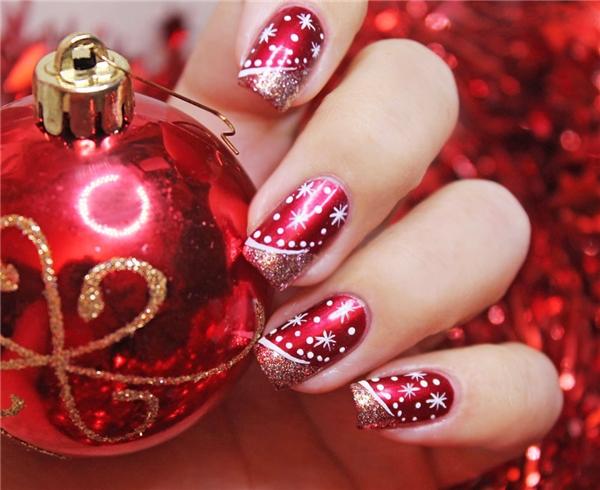 Không khí lễ hội tưng bừng của những ngày Giáng sinh được tái hiện rõ nét qua bộ móng có sắc đỏ ánh kim khó cóthể hòa lẫn vào đâu. Với kiểu trang trí này, phái đẹp sẽ thực sự trở thành tâm điểm giữa những buổi tiệc đông người.
