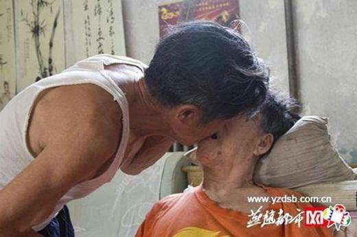 Cụ ông tự bón cơm bằng miệng cho vợ trong suốt 11 năm vì bà bị đột quỵ vào năm 2003. (Ảnh: Iquilu)