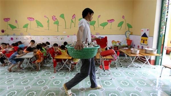 """Mới đây, cộng đồng mạng """"xôn xao"""" trước câu chuyện chàng trai 26 tuổi Ma Đình Hiểu, là giáo viên nam duy nhất của huyện Võ Nhai - Thái Nguyên đang giảng dạy hệ mầm non. Cứ ngỡ nghề giáo viên mầm non chỉ dành cho các cô giáo,nhưng với chàng trai 26 tuổi này thì đây lại là một công việcvô cùng thú vị. Dù là một nam thanh niên, nhưng thầy Đình Hiểu yêu thương và chăm sóc các cháu nhỏ không thua gì nhữngcô giáo khác. Dù mức lương hàng tháng của thầy chỉ hơn 1.000.000 đồng, mỗi bữa trưa đều phải ăn sau khi các cháu đã ngủ, nhiều khó khăn, mệt nhọc nhưng chính tình yêu dành cho nghề, dành cho trẻ conđã giúp thầy giáo mầm non nàyvượt qua tất cả. (Ảnh: Internet)"""