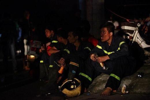 """Giữa tháng 10 vừa qua, tại Khu đô thị Xa La - Hà Đông đã xảy ra một trận cháy lớn, hàng trăm tính mạng con người đang cận kề nguy hiểm. Nhanh chóng có mặt tại địa điểm, những người lính cứu hỏa không ngại thân mìnhlao vào """"biển lửa"""" cứu người. Hình ảnh người lính cứu hỏa ôm em nhỏ chạy khỏi chung cư cháy, hay những nụ cười rạng rỡ trên gương mặt đen nhẻm vì khói của các anh sau khi hoàn thành nhiệm vụ khiến nhiều người xúc động vô cùng. Khoảnh khắc tuyệt vời khi các anh lao mình vào nguy hiểmđể cứu những người dân sẽ mãi được khắc ghi trong lòng mọi người. (Ảnh: Internet)"""