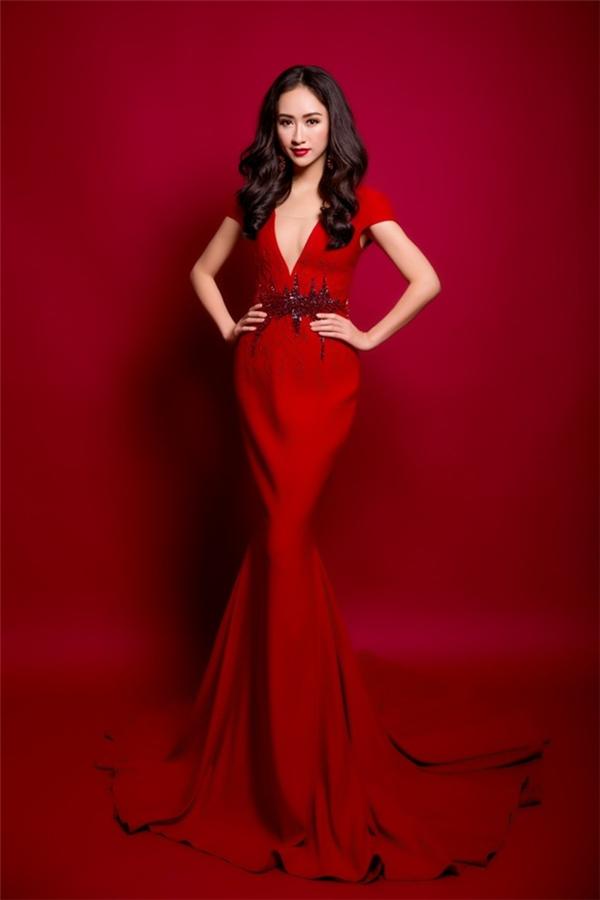 Đây cũng là trang phục dạ hội mà Á hậu Đại dương Việt Nam 2014 Hà Thu sẽ mang sang Đức tham dự Hoa hậu Liên lục địa 2015. Sau 10 năm, Việt Nam mới trở lại đấu trường nhan sắc này.