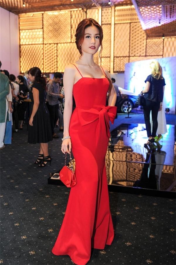 Cùng xuất hiện trên thảm đỏ với Hương Giang, nữ diễn viên xinh đẹp Diễm My 9xlại chọn cho mình bộ váy dài hai dây gợi cảm. Thiết kế có phần nơ thắt cầu kì tạo điểm nhấn lạ mắt ở lưng chừng váy.