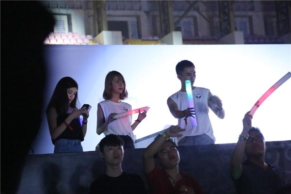 Quỳnh Anh Shyn chăm chú theo dõi các DJ hàng đầu góp mặt trong chương trình biểu diễn. - Tin sao Viet - Tin tuc sao Viet - Scandal sao Viet - Tin tuc cua Sao - Tin cua Sao