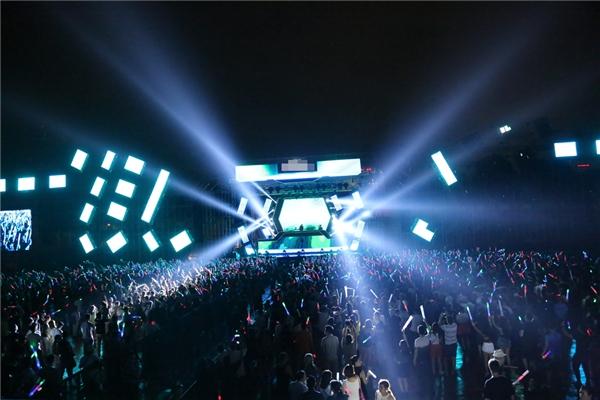 """Các DJ hàng đầu thế giới đã thật sựkhiến fans EDM Việt """"mãn nhãn"""" bởi những bản nhạc cực chất """"có một không hai"""". - Tin sao Viet - Tin tuc sao Viet - Scandal sao Viet - Tin tuc cua Sao - Tin cua Sao"""