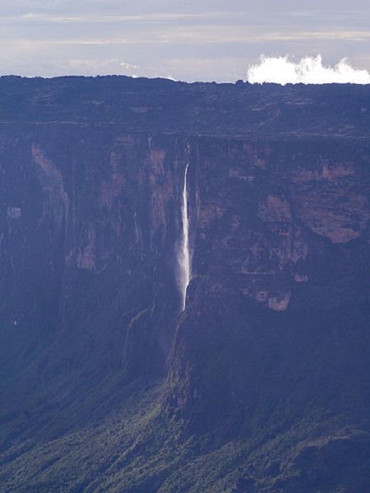Dòng thác Angel trắng xóa, mỏng manh như một dải lụa vắt hờ hững giữa vách núi đá.(Ảnh: Viral Nova)