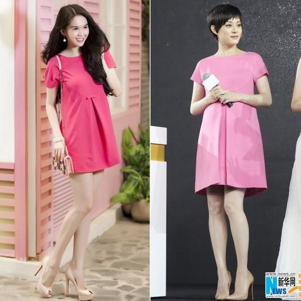 """Một thiết kế hàng hiệu mà Tôn Lệ từng diện cũng trở thành sản phẩm được Ngọc Trinh""""mượn ý tưởng"""". Tuy nhiên, thay vào sắc hồng nhạt ngọt ngào, Ngọc Trinh lại lựa chọn gam màu đậm ấn tượng hơn."""