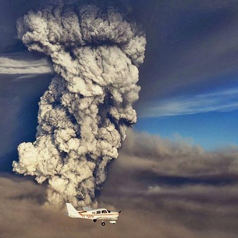 Một cột khói bụi núi lửa bốc lên giữa khu vực sông băng Eyjafjallajökull, Iceland.(Ảnh: IG@volcanoair)