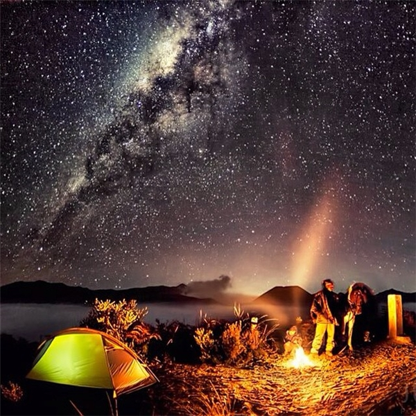 Núi Bromo ở Indonesia nức tiếng gần xa với cảnh quan tuyệt đẹp dù cho ngày hay đêm.(Ảnh: IG@justinngphoto)