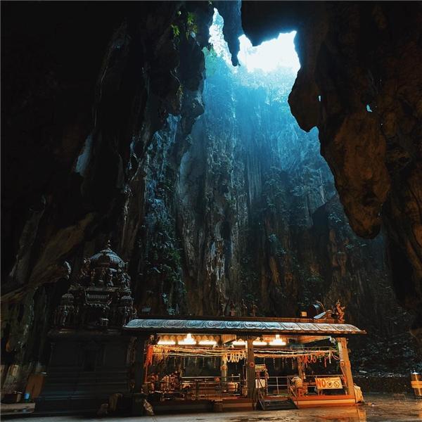 Cách trung tâm Kuala Lumpur không xa là hang độngBatu nổi tiếng với vẻ huyền bí. (Ảnh: IG@lensesandlocals)
