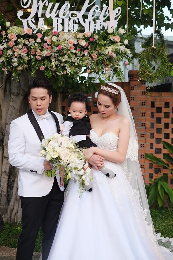 Diễm Hương hạnh phúc cùng chồng ôm hôn con trai kháu khỉnh trong ngày cưới - Tin sao Viet - Tin tuc sao Viet - Scandal sao Viet - Tin tuc cua Sao - Tin cua Sao
