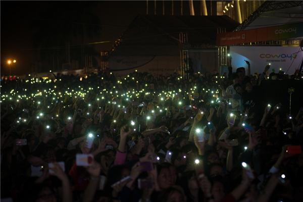 Hàng nghìn khán giả đã cùng nhau bật điện thoại tạo nên biển ánh sáng cực kì lung linh và đẹp mắt.