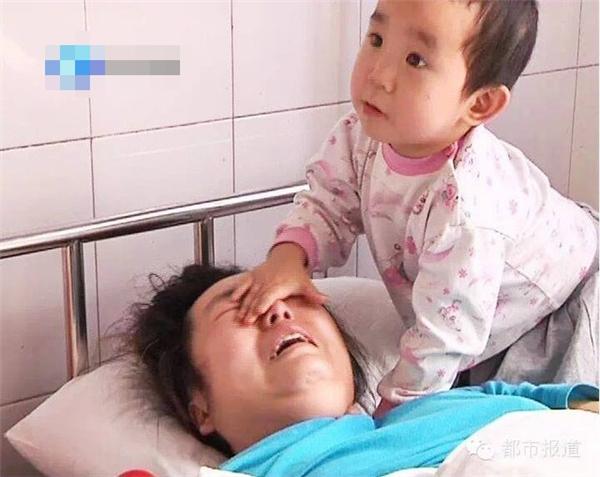 Hình ảnh béQianqian chăm sóc mẹ gặp tai nạn kinh hoàng ở bệnh viện khiến nhiều người xúc động. Ảnh: Internet