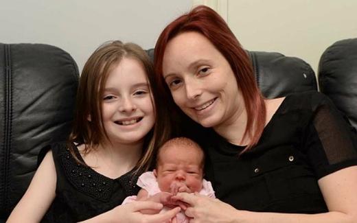 Cô bé Caitlin Burke khiến nhiều người phải kinh ngạc khi đỡ đẻ thành công cho mẹ. Ảnh: Internet
