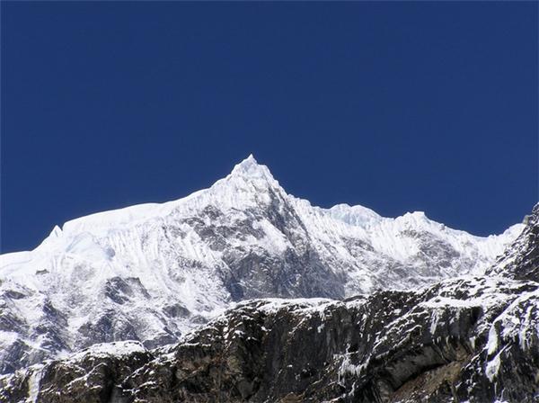 Núi Roraimavới vẻđẹp như trong phim ảnh: đỉnh tam giác phủ tuyết trắng xóa và hùng vĩ không chê vào đâu được. (Ảnh: Viral Nova)