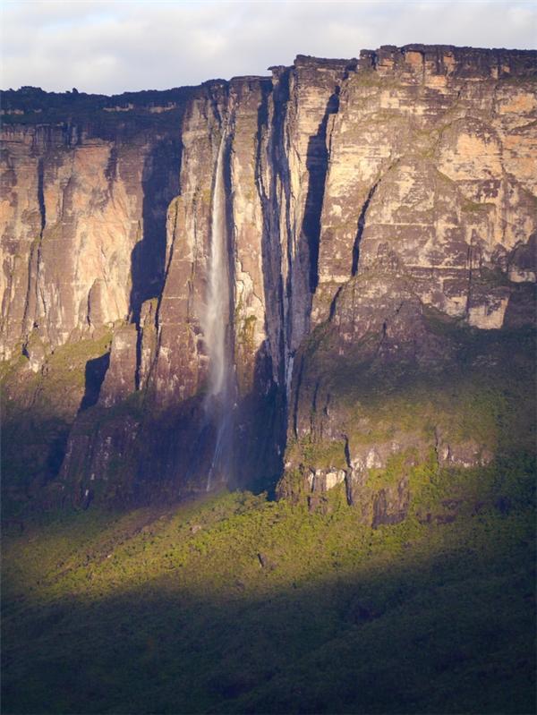 Núi Roraimanằm ở khu vực biên giới 3 nước Venezuela, Brazil và Guyana.(Ảnh: Viral Nova)