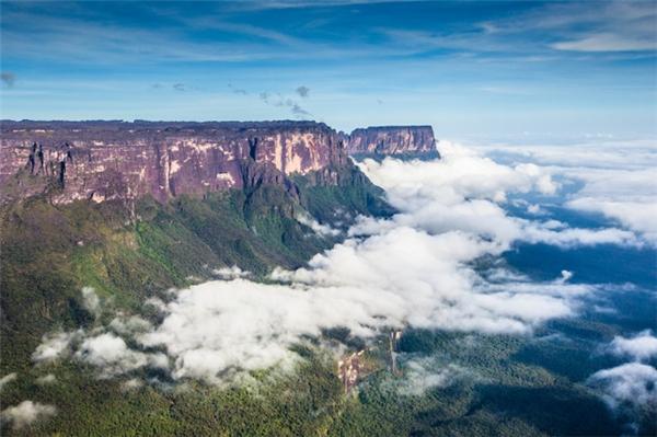 Thuộc địa phận Vườn quốc giaCanaima, núi Roraima là đích đến mà nhiều nhà leo núi, phượt thủ đặt ra để thử thách bản thân.(Ảnh: Viral Nova)