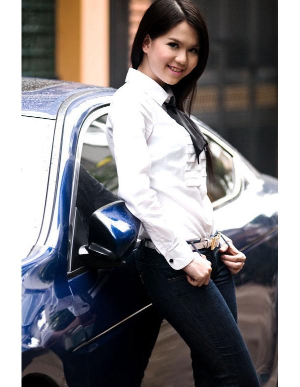Sau khi học tập những kĩ năng làm mẫu trong vòng một năm, Ngọc Trinh tham gia Siêu mẫu Việt Nam 2005 và giành được một giải phụ. Thời điểm này, cô gái tuổi 16 ưa chuộng diện những bộ trang phục điệu đà, thậm chí có phần quê mùa, lỗi mốt. Dĩ nhiên, đây là điều khó tránh khỏi với một mĩ nhân chân ướt chân ráo bước vào làng giải trí.