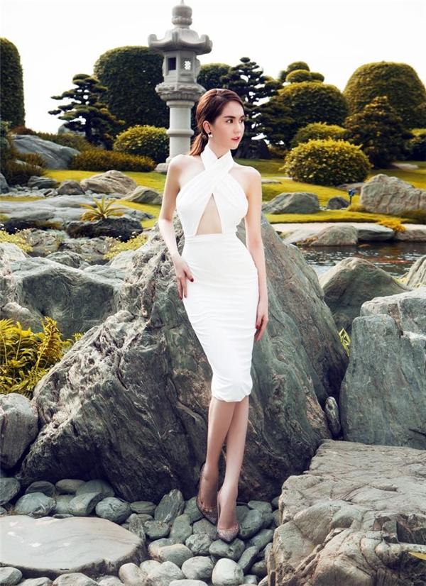 Trong hai năm trở lại đây, với sự thay đổi khá mạnh mẽ trong tư duy thẩm mĩ, Ngọc Trinh đã tạo nên bước đột phá mạnh mẽ trở thành một trong những mĩ nhân có gu thời trang tinh tế hàng đầu V-biz. Trong đó, yếu tố gợi cảm, thanh lịch luôn được người đẹp 8xđề cao.