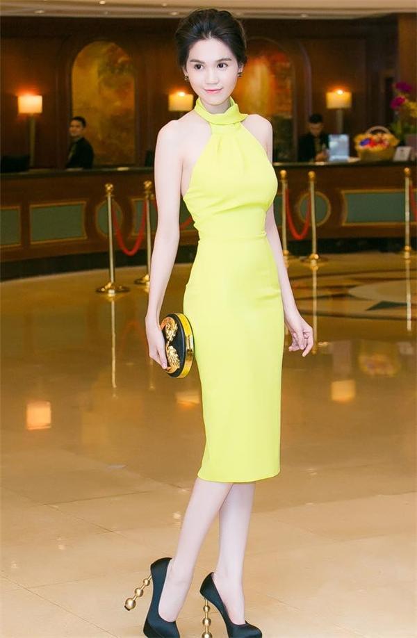 Trang phục phô diễn vẻ đẹp hình thể như: cut-out, xuyên thấu, bodycon, cocktail luôn được Ngọc Trinh lựa chọn trong mỗi lần xuất hiện trước công chúng. Tuy nhiên, chân dài đình đám lại thường xuyên bị dính nghi án đạo thiết kế từ các thương hiệu nổi tiếng của thế giới như: Elie Saab, Zuhair Murad,…