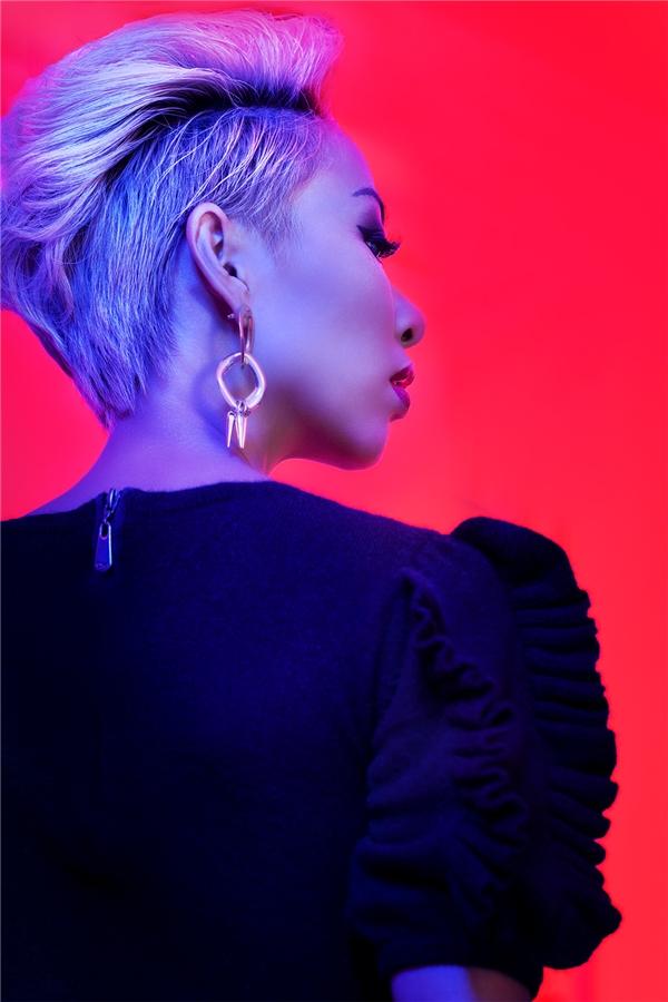 Sự trưởng thành cả về phong cách lẫn tâm hồn của cô ca sĩ gây ấn tượng mạnh mẽ với khán giả. - Tin sao Viet - Tin tuc sao Viet - Scandal sao Viet - Tin tuc cua Sao - Tin cua Sao