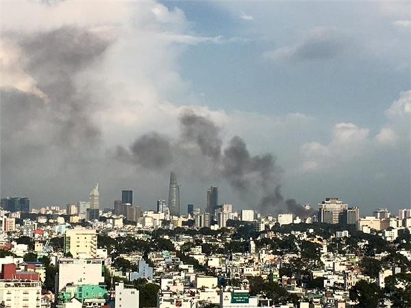 Hình ảnh vụ cháy nhìn từ phía quận 11. Ảnh: Tiên Trần