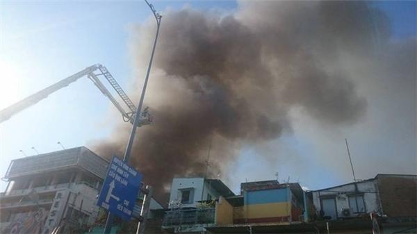 Hàng trăm người dân ôm tài sản bỏ chạy. Theo phóng viên, tại hiện trường lửa vẫn cháy rất lớn, khói bốc cao. Ảnh: T.N